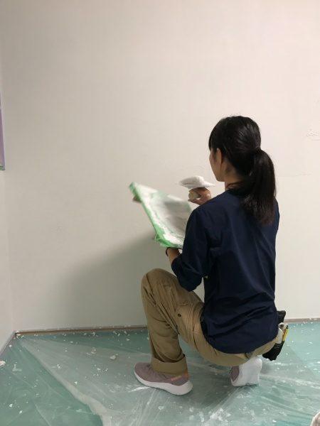現代しっくいフルーフレを鏝で施工している原田左官職人Wさん