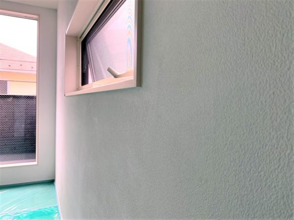 フルーフレのサブロンセミフラット仕上げ壁、神奈川県新築住宅の内壁。原田左官施工
