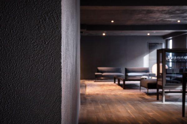 特殊モルタル仕上げの壁面と天井、南青山TIME&STLE様のショールーム。原田左官施工