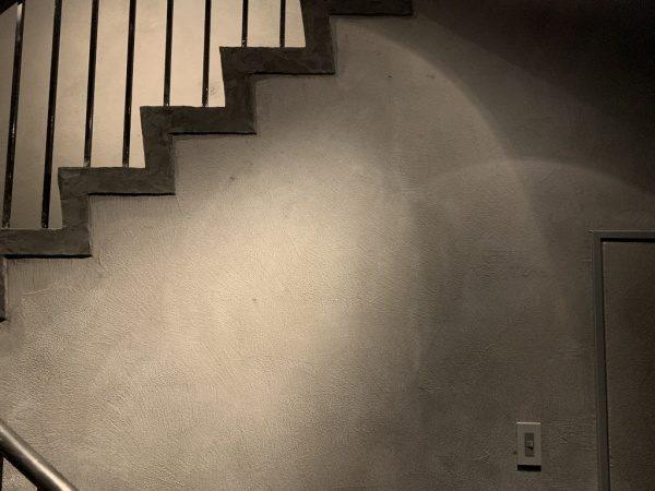 特殊モルタル仕上げの壁面と階段、南青山TIME&STLE様のショールーム。原田左官施工