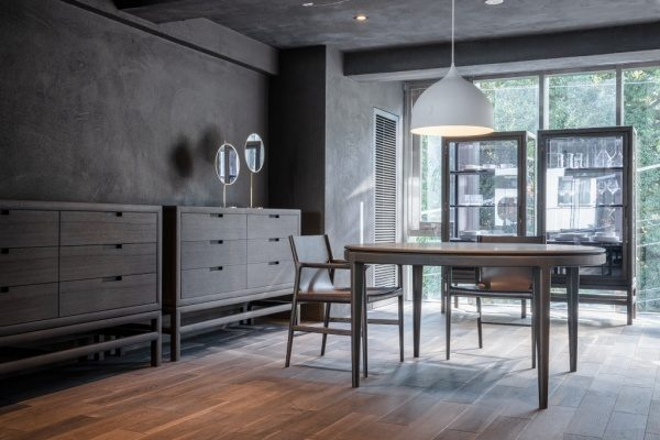 南青山TIME&STLE様のショールーム店内風景、様々な家具がある。特殊モルタル仕上げの壁面と天井。原田左官施工
