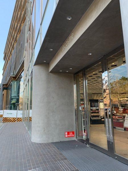 モールテックスグレーで施工のコスメショップ外壁。入り口斜めアングル