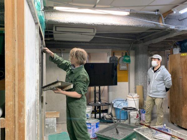 原田左官の塗り壁トレーニング。NHK撮影中の様子。カーリーさんが壁を塗っている