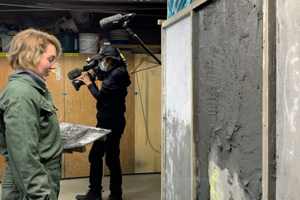 原田左官の塗り壁トレーニング。NHK撮影中の様子