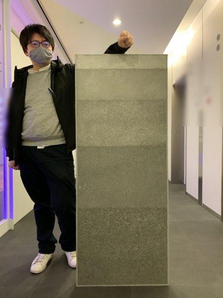 大きなサイズの塗り版築サンプル見本板、長さは1200mm。原田左官作成