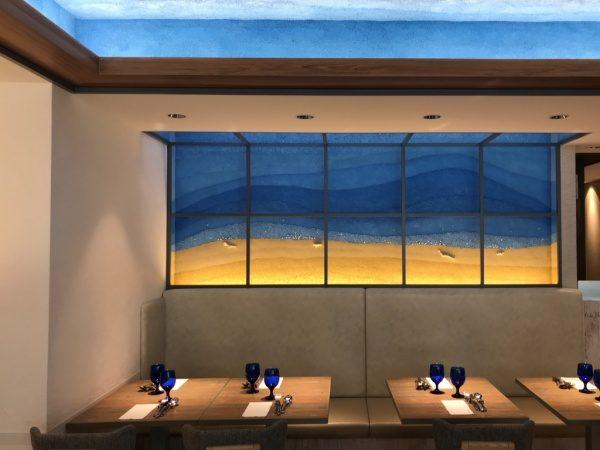 64バラックストリートの砂浜と海と空を表現した塗り版築仕上げ壁。原田左官施工