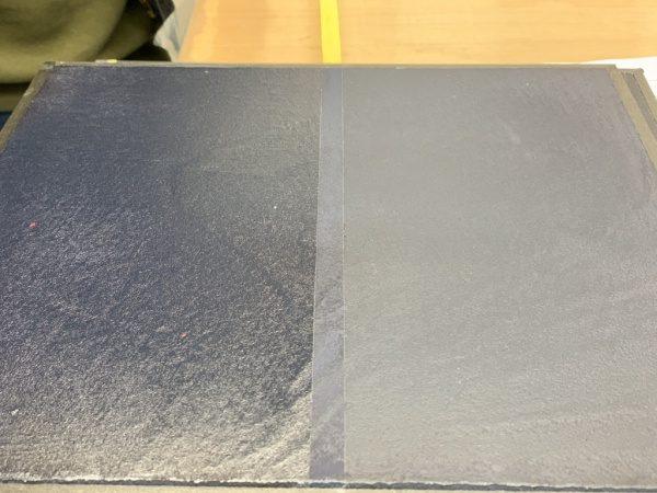 モールテックスのインディゴ入りサンプル2種。左がツヤあり、右が艶消し