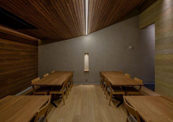富山のお蕎麦屋さんOLIMBAの塗り版築壁。原田左官施工