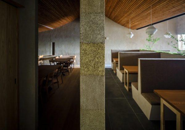 富山のお蕎麦屋さんOLIMBAの塗り版築施工の間仕切り壁、横からのアングル。原田左官施工