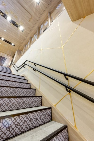 東京駅一番街の東京グルメゾン階段壁面。金継ぎイメージのライン入り珪藻土仕上げで原田左官施工