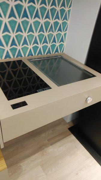 IH調理器周りの画像。タニコーキッチンギャラリーのオルトレマテリア施工によるシステムキッチン。原田左官施工