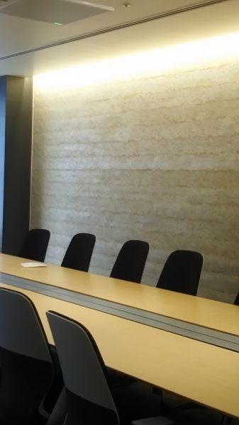 琉球石灰岩の塗り版築で施工したオフィスの壁。原田左官施工