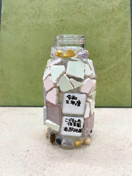 ガラス瓶にタイルを貼り付けて作られた本駒込こどもヶ丘保育園の卒業制作の作品