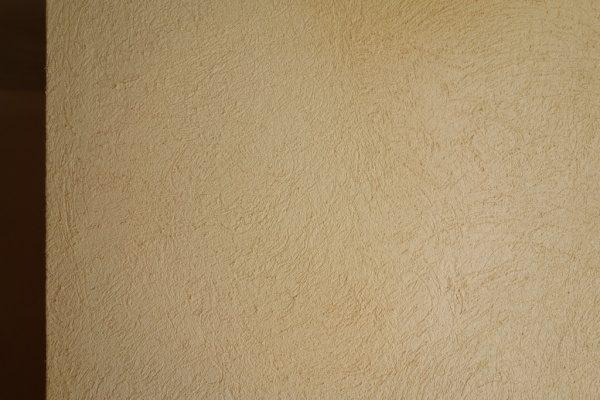 漆喰硅砂入り木鏝仕上げの住宅壁。原田左官施工
