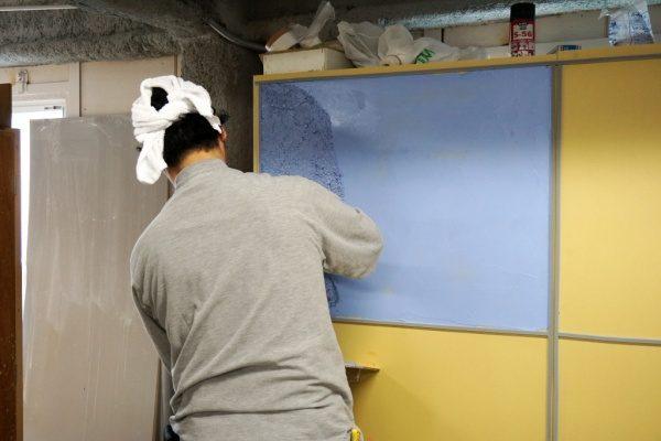 青いガラス洗い出しの試験施工中の様子