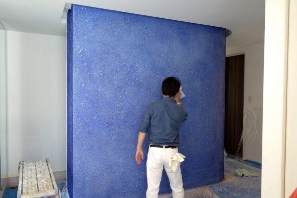 青いガラス洗い出し壁施工の様子