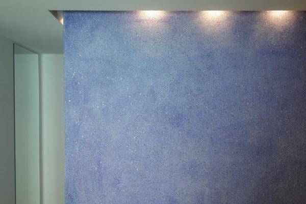 青いガラス洗い出し仕上げ壁。完成の状態
