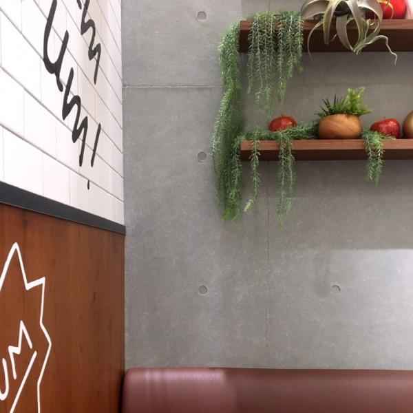 コンクリート打ち放し風仕上げ - フローズンフルーツバーの壁面に施工
