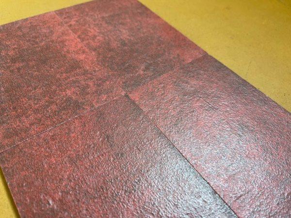 染色したような色合いが特徴のタイルAre(アレ)の赤