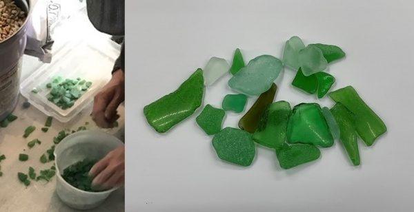 左の画像:シーグラスを選別している。右の画像:シーグラス
