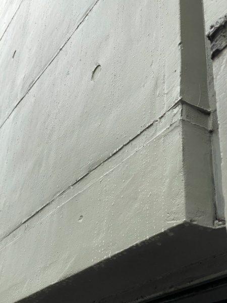 トップコートを掛けた外壁が水を弾く様子