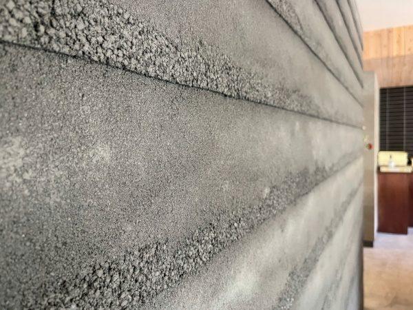 黒色の塗り版築瓦葺き風仕上げ壁