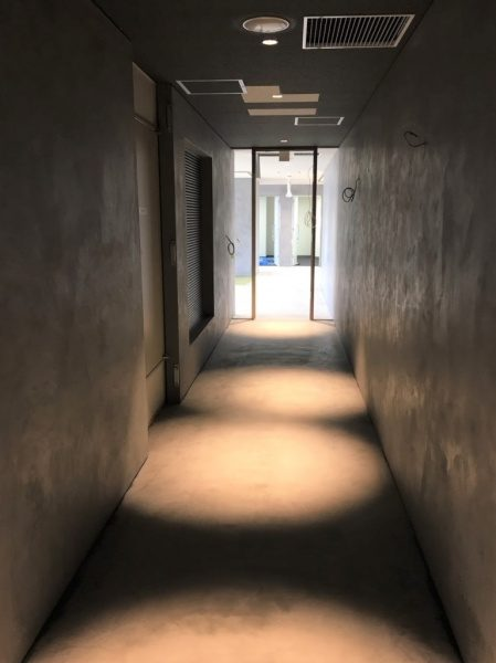 モールテックスで施工されたオフィスの床と壁