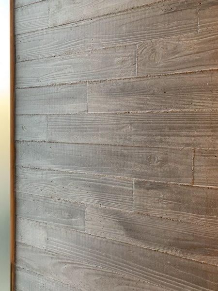 住宅のエントランスのうづくり木目モルタル壁。原田左官施工
