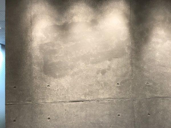 補修施工中のコンクリート打ち放し風仕上げ壁