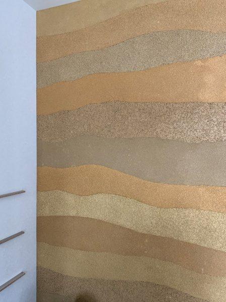 塗り版築仕上げの住宅内部壁