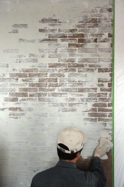 ブリックタイル+白左官材の施工風景