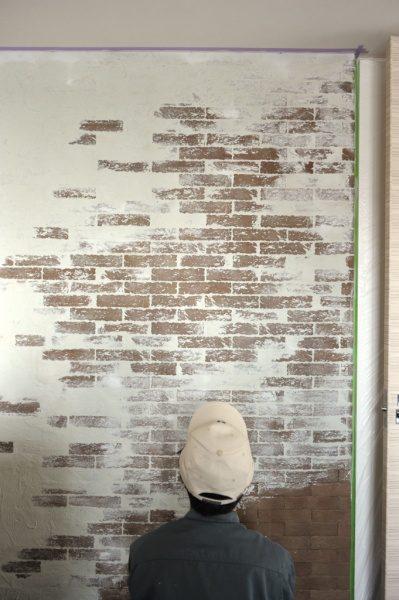 ブリックタイル+白左官材の壁。施工完了の状態